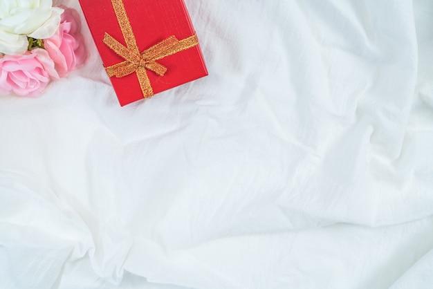 Boîte en carton rouge pour cadeaux et fleurs, isolé