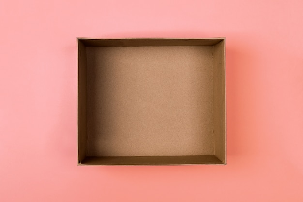 Boîte de carton vide sur orange
