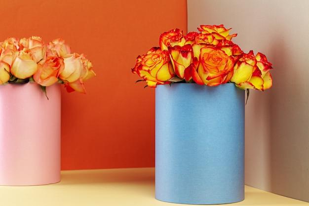 Boîte à chapeau avec beau bouquet de roses