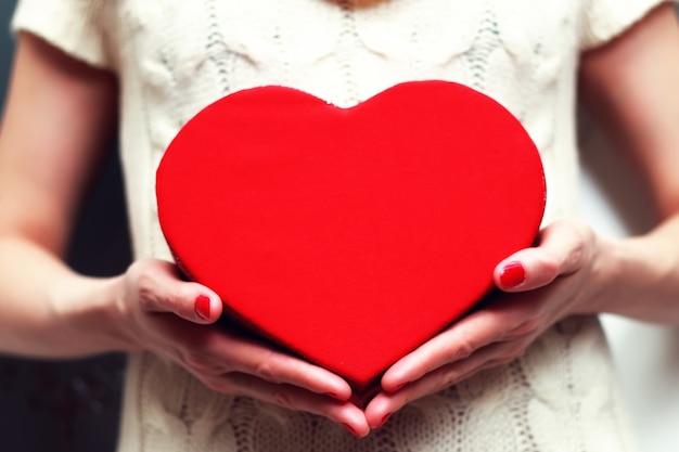Boîte coeur saint valentin à la main