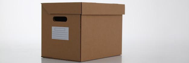 Boîte à colis en carton isolé sur blanc