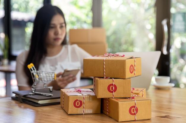 Boîte de colis en carton d'un propriétaire de petite entreprise en démarrage pour la vente en ligne