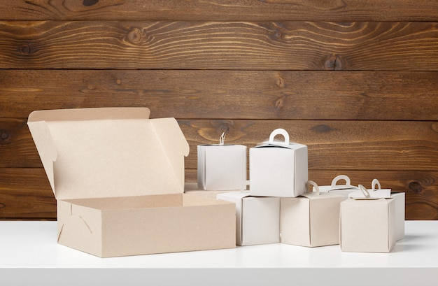 Boîte à colis sur table en bois