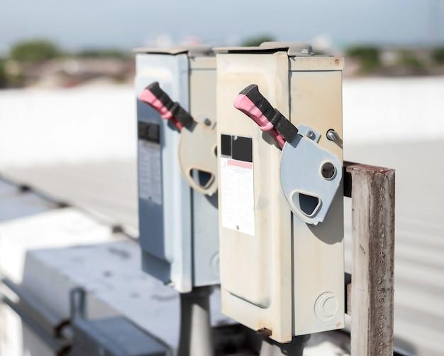 Boîte de commutation de sécurité électrique sur fond isolé. commande de commutation électrique principale.