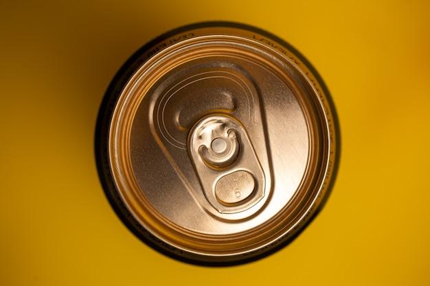 Boîte de conserve de bière jaune vue d'en haut.