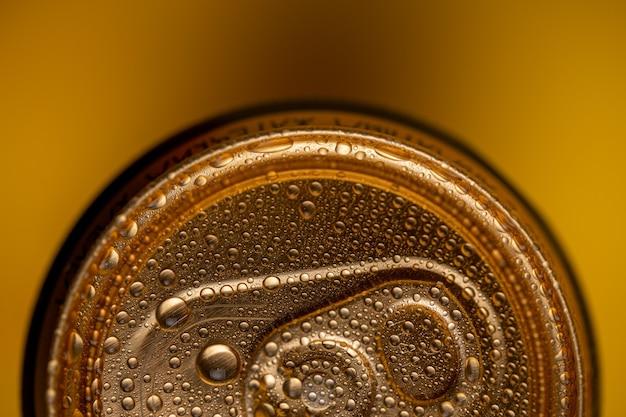 Boîte de conserve de bière sur la vue jaune d'en haut se bouchent.