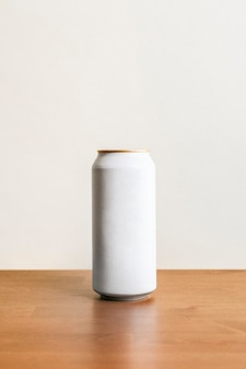 Boîte de conserve blanche minimale vierge sur plancher en bois
