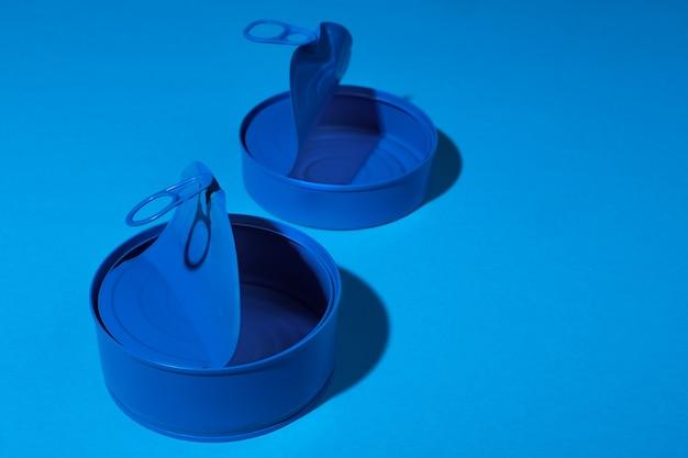 Boîte de conserve bleue sur la surface bleue se bouchent