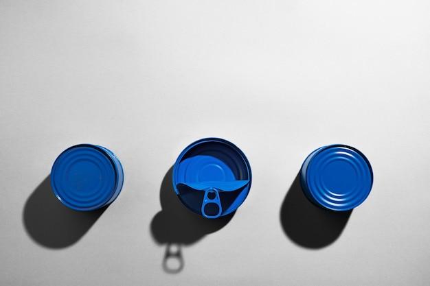 Boîte de conserve bleue sur une surface grise avec ombre