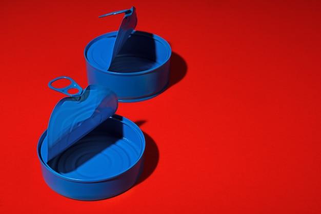 Boîte de conserve bleue sur une surface rouge foncé