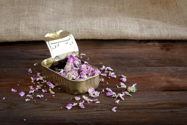 Boîte de conserve à fleurs roses