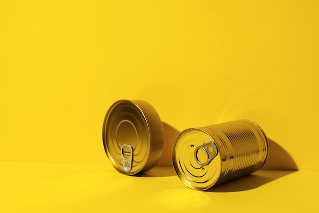 Boîte de conserve sur fond jaune