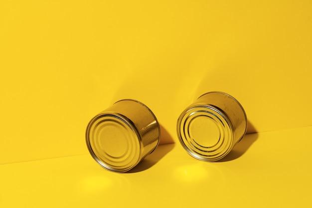 Boîte de conserve sur fond de studio jaune