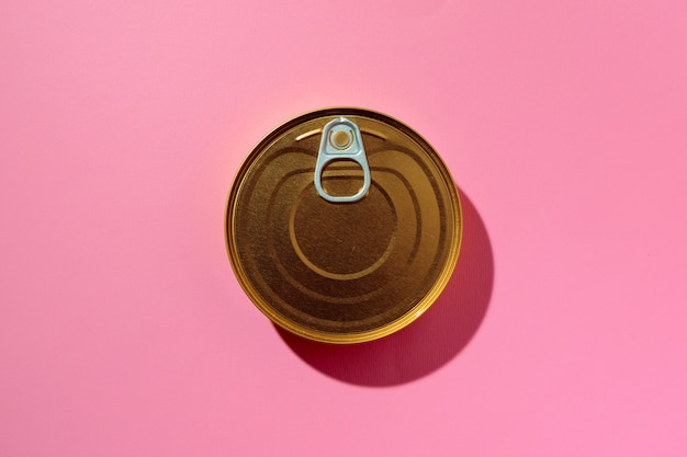 Boîte de conserve sur fond de studio rose