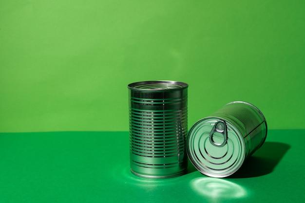Boîte de conserve sur green studio