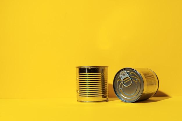 Boîte de conserve sur jaune