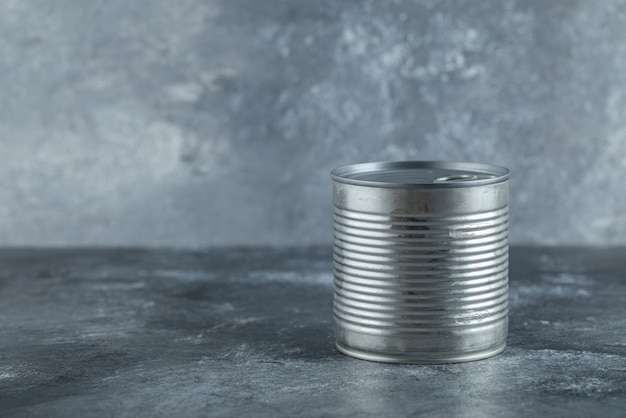 Boîte de conserve en métal placée sur du marbre.