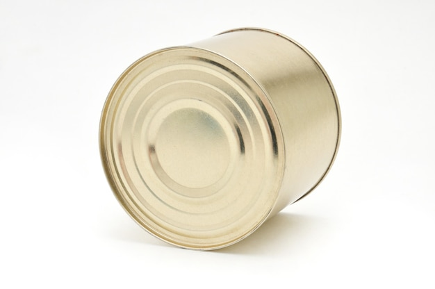 Boîte de conserve en métal avec de la viande isolée