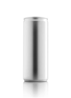 Boîte de conserve métallique d'emballage vide pour la maquette de conception de produit de boisson de boisson isolée sur fond blanc avec un tracé de détourage