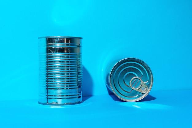 Boîte de conserve avec de la nourriture sur bleu