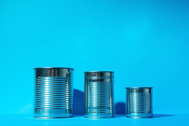 Boîte de conserve avec de la nourriture sur une surface bleue