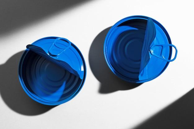 Boîte de conserve ouverte bleu peint avec anneau sur surface blanche