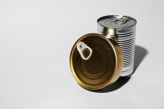 Boîte de conserve pour la nourriture sur fond gris