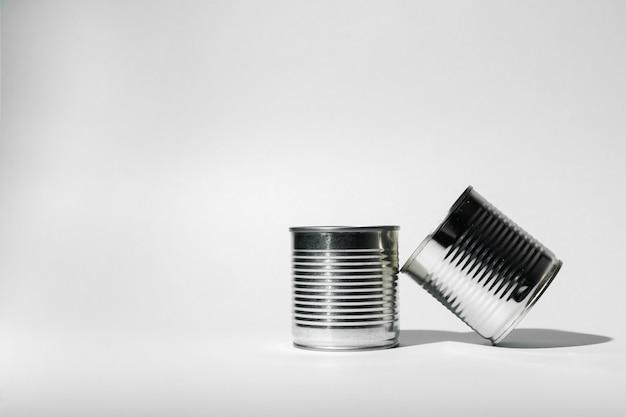 Boîte de conserve pour la nourriture sur gris