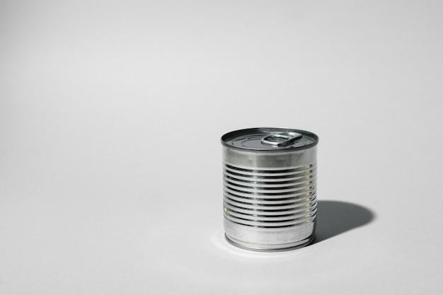 Boîte De Conserve Pour La Nourriture Sur Une Surface Grise Photo Premium