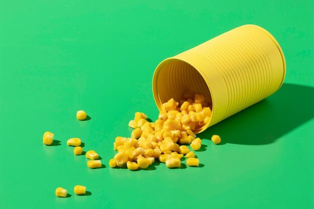 Boîte de conserve ronde haute angle avec maïs