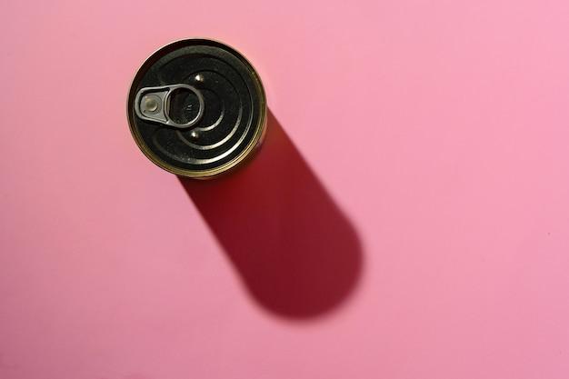 Boîte de conserve sur rose