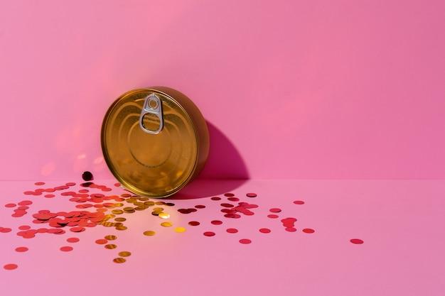 Boîte de conserve sur studio rose