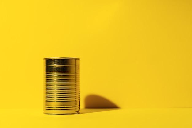 Boîte de conserve sur la surface du studio jaune