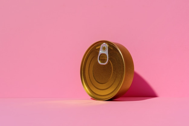 Boîte de conserve sur la surface du studio rose