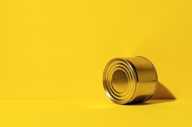 Boîte de conserve sur la surface jaune du studio