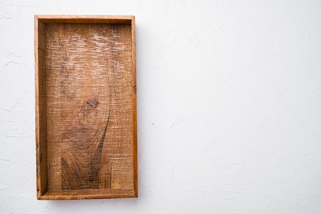 Boîte ou conteneur en bois rustique avec espace de copie pour le texte ou la nourriture, vue de dessus à plat, sur fond de table en pierre blanche