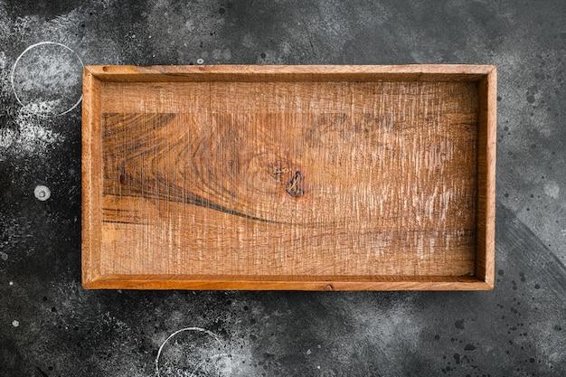 Boîte ou conteneur en bois rustique avec espace de copie pour le texte ou la nourriture, vue de dessus à plat, sur fond de table en pierre noire noire