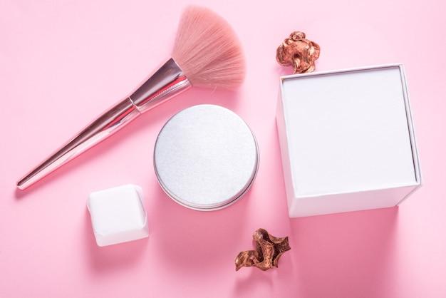 Boîte à cosmétiques en métal étain, étui sur fond rose