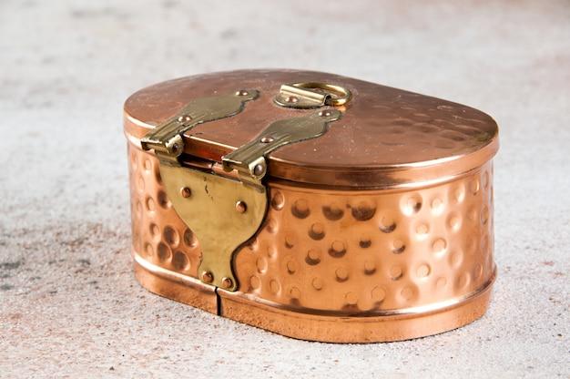 Boîte en cuivre vintage sur fond de béton