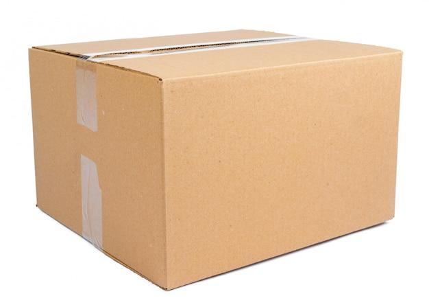 Boîte de déménagement en carton unique isolé sur blanc