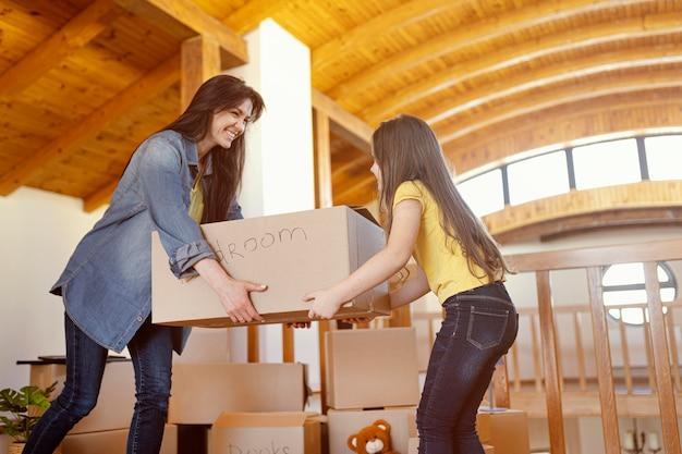Boîte de déménagement femme et fille coup moyen