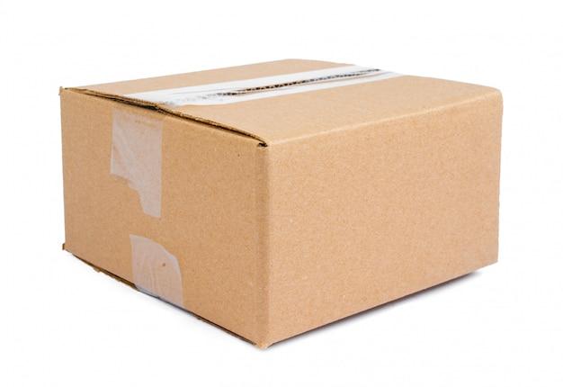 Boîte de déménagement simple carton isolé sur une surface blanche