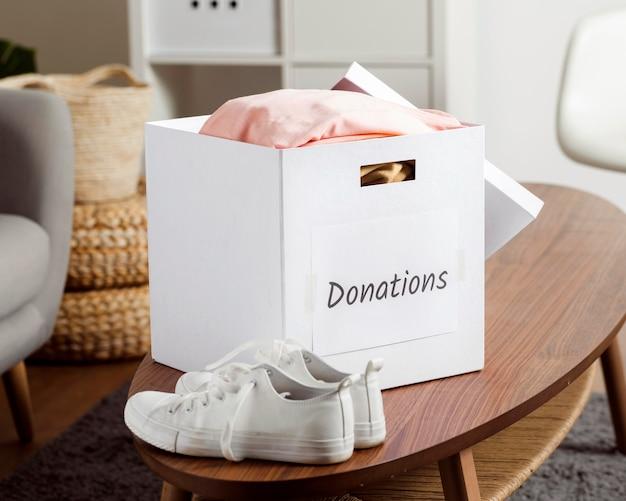 Boîte avec des dons pendant la baisse de l'économie
