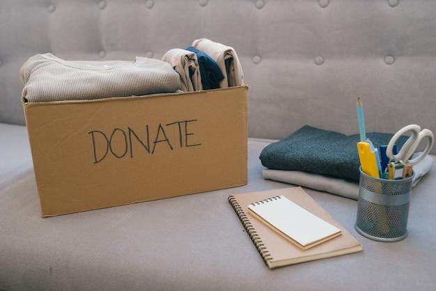 Boîte de dons et vêtements décontractés dans le salon