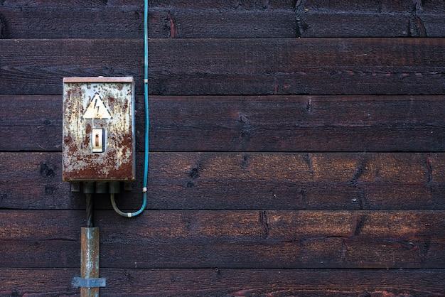 Boîte électrique antique sur vieux mur en bois