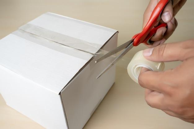 Boîte d'emballage pour homme en gros plan, ruban adhésif à l'intérieur