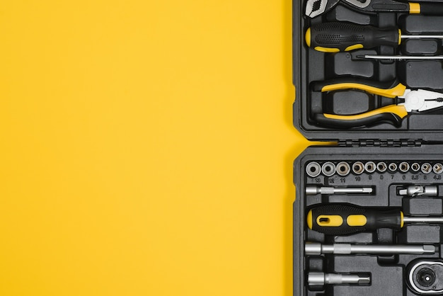 Boîte avec ensemble d'outils pour la réparation automobile, gros plan