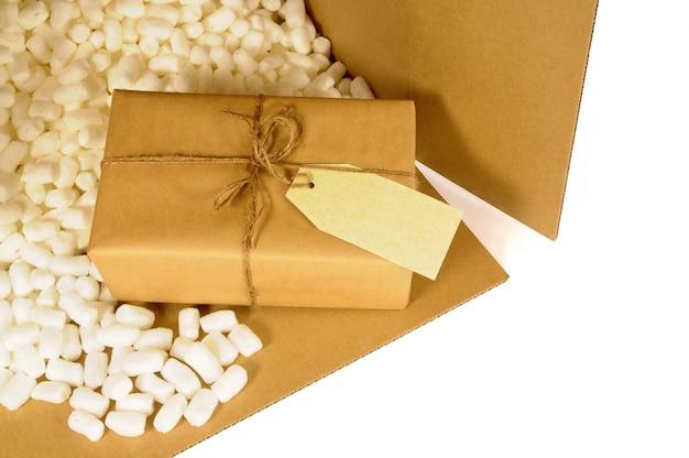 Boîte d'expédition en carton avec petit paquet emballé à l'intérieur