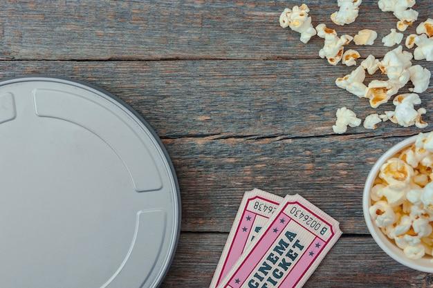 Une boîte de film, des billets et du pop-corn.