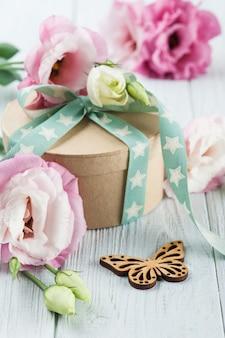 Boîte de fleurs et cadeaux eustoma avec ruban étoile vert